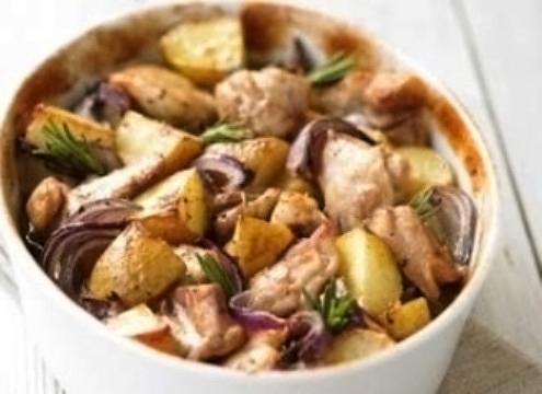 Куриные грудки, запеченные в вине с картофелем и красным луком