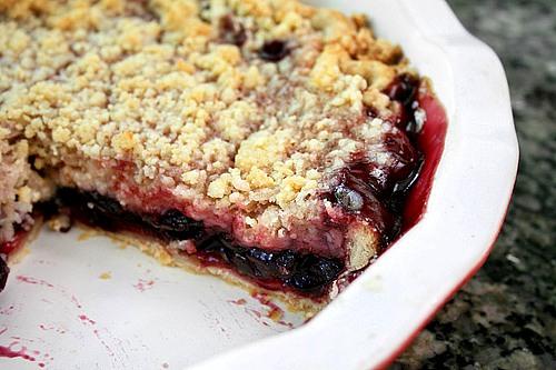 Быстрый ягодный пирог с хрустящей посыпкой