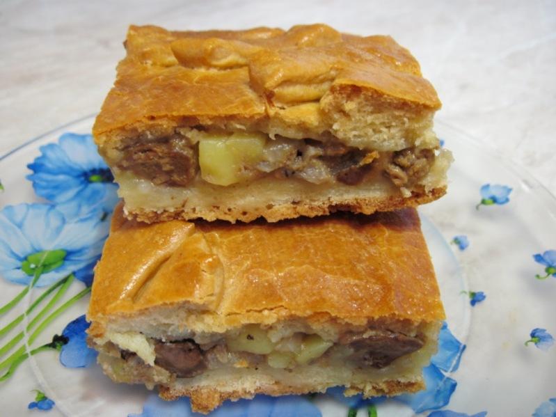 Пирог с куриной печенью, луком и картофелем на кефире - простой рецепт