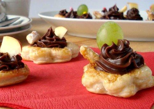 Слойки-цветочки с шоколадным кремом и фруктами - нежные пирожные без особых хлопот