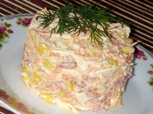 Быстрый салат с копченой колбасой