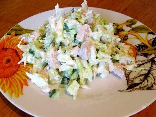 Салат из курицы и капусты со сметаной