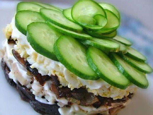 Мясной салат-торт с черносливом