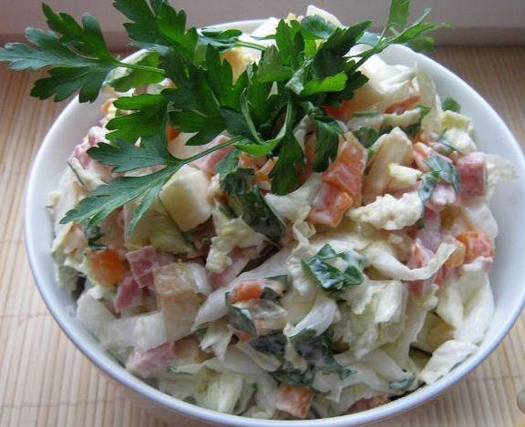 Салатик с копченой колбасой и капустой