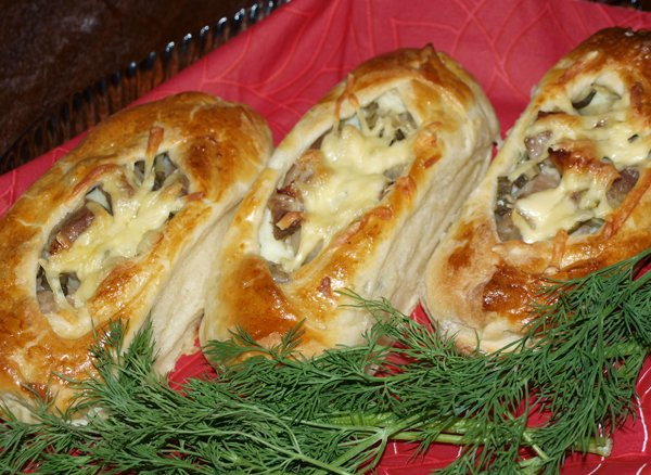Слойки с картофелем, мясом и огурчиками
