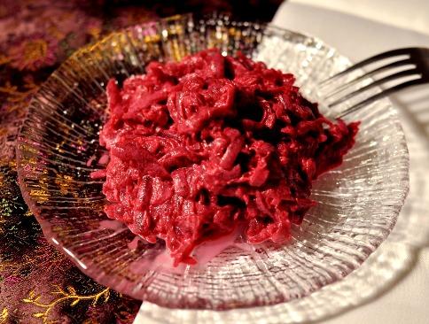 Свекольный салат с орехами и черносливом - классический рецепт